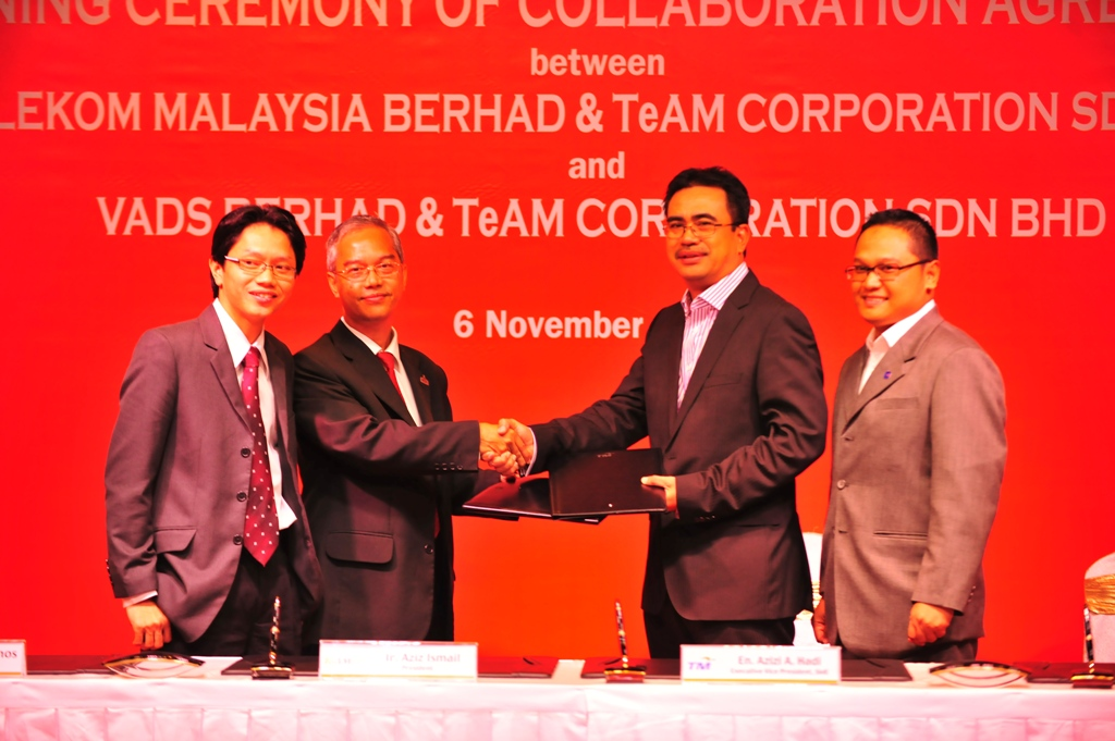 Azizi A. Hadi, Executive Vice President, SME, TM (2nd from right) exchanging the agreement documents with Ir. Aziz Ismail, President, TeAM (2nd from left) while flanked by Mohamad Yusman Ammeran, General Manager, SME, TM (right) and Yusno Yunos, Council Member of TeAM (left).